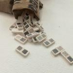 Gaspard Catteau Dominos multiple 2019 moulage en plâtre à l'échelle 1-1 nuances de gris au graphite sac en toile de jute de la Poste cousu 14 x 21cm